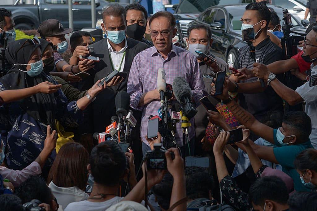 Panas !!! Anwar dakwa Polis minta senarai ahli parlimen sokong beliau