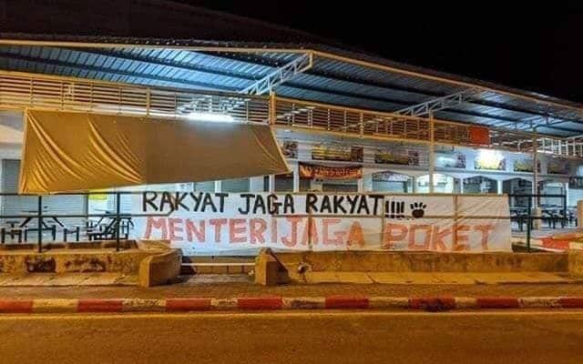 Kes Covid-19 melonjak, kain rentang zahir kemarahan kepada Menteri PN