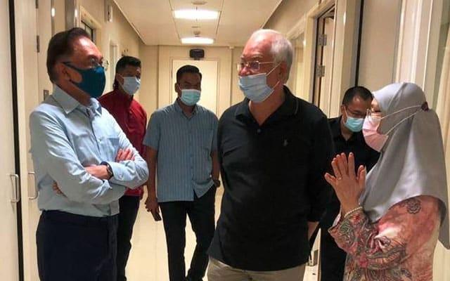 Anwar dan Azizah ziarah bonda Najib