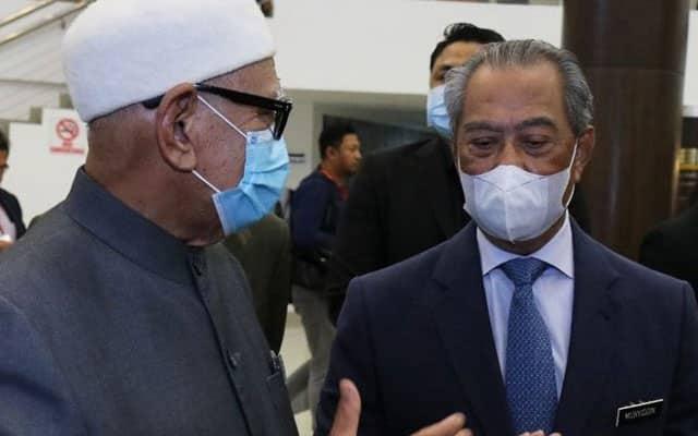 Bersatu dan Pas bertenggek atas kekuatan Umno, kata penganalisis