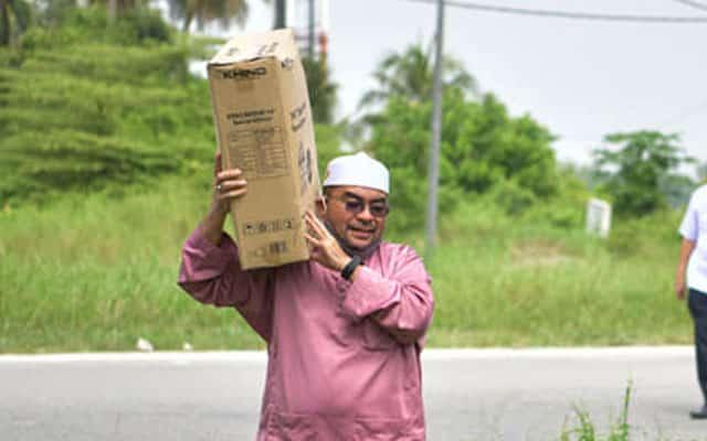 Sedih dengar cerita makcik guna cebisan kotak sebagai kipas, Mujahid terus pergi pekan belikan kipas elektrik