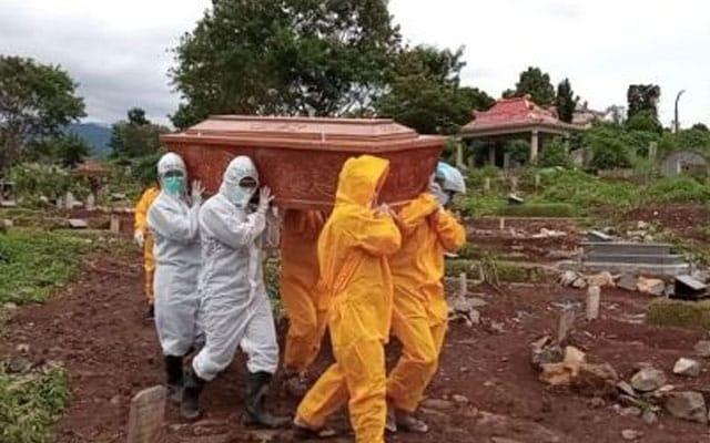 Frontliner tak mencukupi, ahli keluarga nekad usung sendiri jenazah mangsa Covid-19