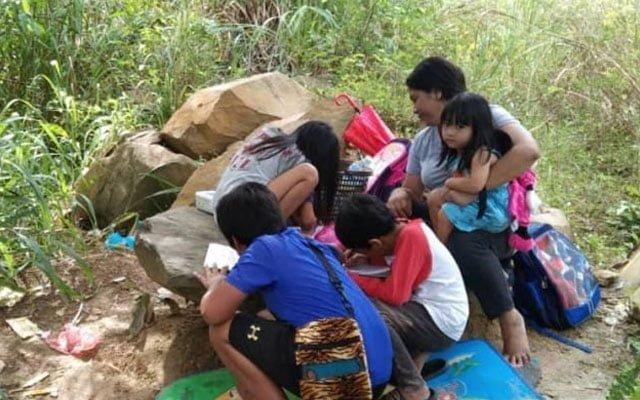 Terpaksa daki bukit untuk dapatkan talian internet