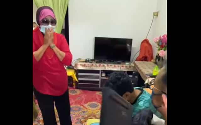 [VIDEO] Nenek ini tidak dapat menahan air mata, terima laptop untuk kegunaan cucu belajar