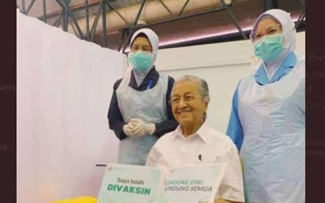 Tun M penerima vaksin Covid-19 paling tua di Malaysia