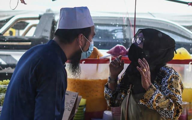 Khemah peniaga bazar diterbangkan angin, Ebit Liew beli ganti 7 khemah
