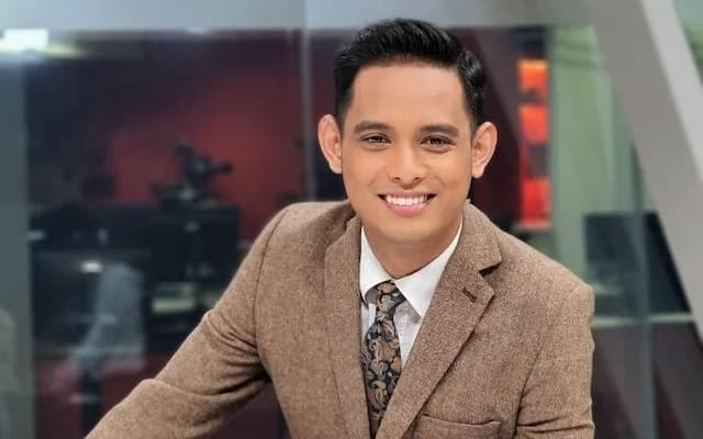 """Kompaun RM50K : Pembaca berita Awani """"sound direct"""" otak di lutut secara live di TV"""