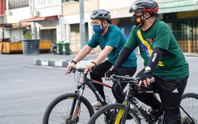 Steven Sim berkayuh basikal dengan Raja Muda Perlis pula sampaikan sumbangan