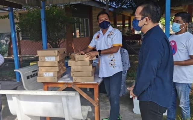 Ahli Parlimen dihalang sampaikan bantuan laptop percuma kepada sekolah