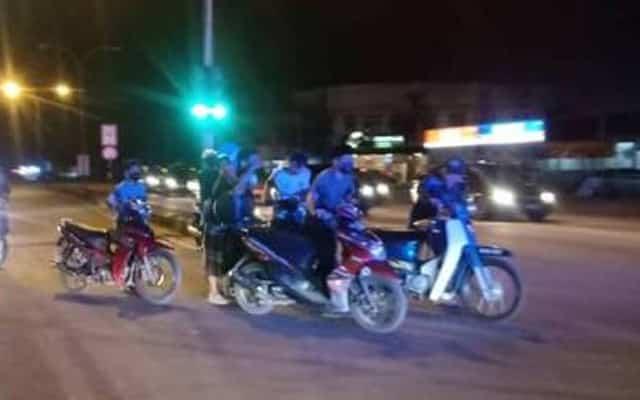 Lapan mat rempit dipaksa tolak motosikal selepas buat bising ganggu jemaah surau
