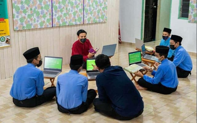 Setelah dihalang beri laptop percuma ke sekolah kerajaan, MP agih ke sekolah tahfiz