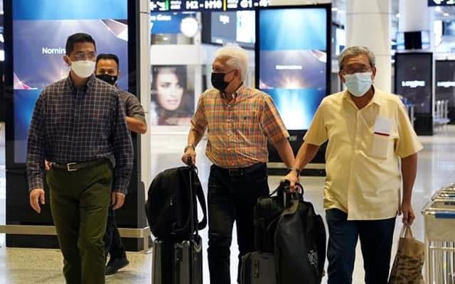 Tempoh kuarantin Azmin pulang dari UAE jadi pertikaian netizen