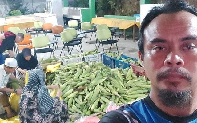 Menangis orang kampung bila Ustaz ni borong semua jagung mereka yang tak terjual
