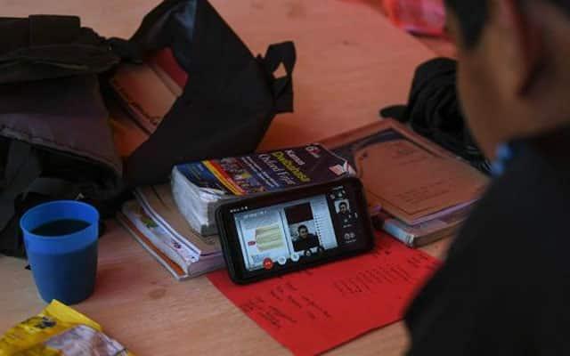 Berikan para pelajar telefon pintar yang baik bukan 'cap ayam', kata pemuda Amanah