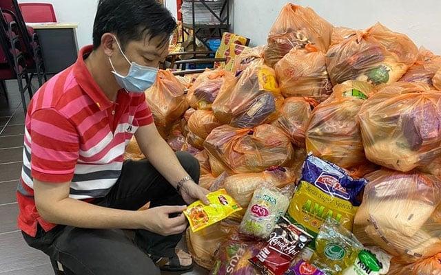 Pemilik, pekerja perniagaan kecil kini antara yang berbaris dapatkan bantuan makanan