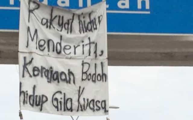 Kain rentang 'Menteri Bodoh' dilapor antara digantung di kawasan awam