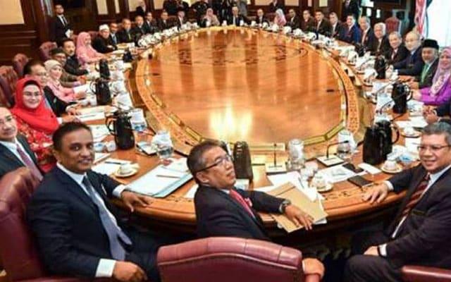 Panas !!! Menteri Umno umum kekal sokong Muhyiddin