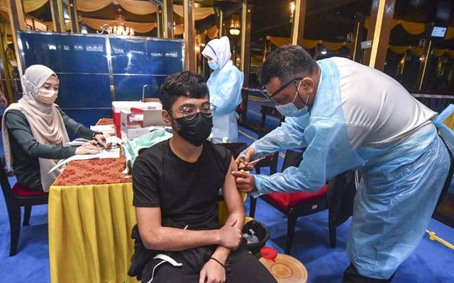 Sultan Kelantan buka Istana Balai Besar kepada rakyat untuk suntikan vaksin